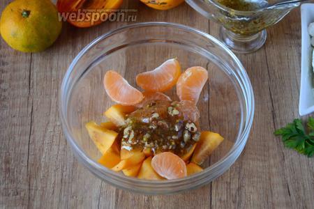 В миску выкладываем хурму и мандарины, заправляем медовым соусом.