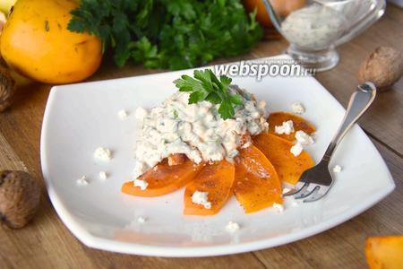 Салат с копчёной курицей, хурмой и козьим сыром