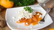 Фото рецепта Салат с копчёной курицей, хурмой и козьим сыром