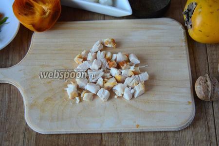 Копчёную курицу (грудку, спинку, ножку) вообщем любую часть, режем кубиками.