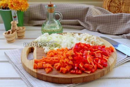 Тем временем, морковь, лук, перец, сельдерей и чеснок  нарезать мелким кубиком.