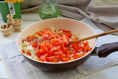 Добавить помидоры и ещё потушить несколько минут, посолить и поперчить.