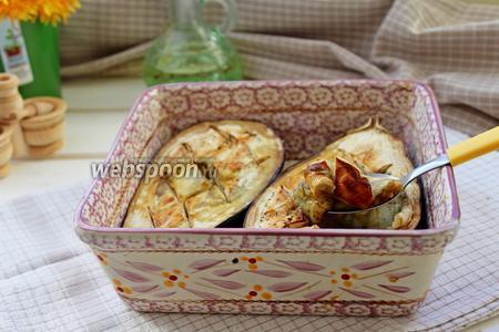Вынуть запечённые баклажаны и ложкой вынуть мякоть, оставив «лодочки».