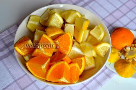 Теперь для начинки подготовить цитрусовые. Вымыть лимоны и апельсин. Отрезать у них с обеих сторон «попки»... Разрезать на кусочки и удалить косточки.