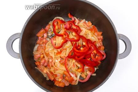 Перец сладкий нарежем соломкой, добавим к овощам. Обжарим ещё 2 минуты.