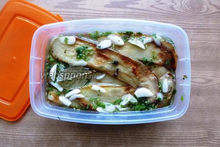И так слой за слоем, пока не кончатся баклажаны. Выливаем остатки маринада и ставим в холодильник на 1-2 дня.