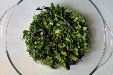Зелень помыть и обсушить. Затем нарезаем зелень (размер на свой вкус).
