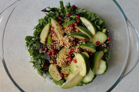 В салат добавляем обжаренный кунжут с фенхелем. Солим по вкусу.