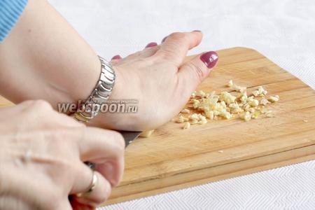 Зубчики чеснока очистить и раздавить ножом, затем измельчить.
