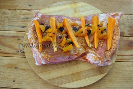 Курагу и чернослив залить кипятком на 5 минут. Ягоды порезать мелко. Выложить на «полотно» пашины. Так же уложите морковку.