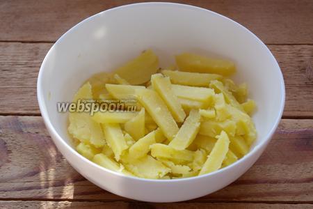 Отварной картофель очистить, нарезать соломкой.