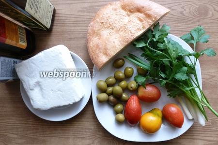Подготовим продукты для салата. Зелень и помидоры вымоем и обсушим. Отрежем от лаваша 1/3 часть для сухариков.