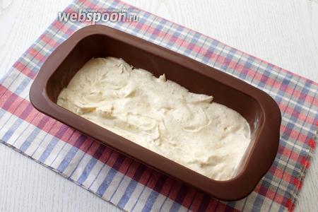 Форму для выпечки смазать сливочным маслом, можно застелить бумагой для выпечки. Выложить тесто в форму.