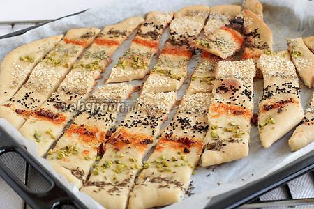 Готовые хлебцы разделить, если они прилипли, дать остыть и сразу подавать.