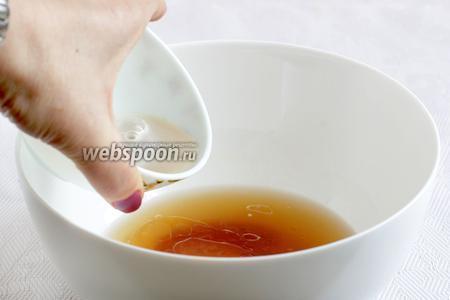 В оставшейся тёплой воде растворить мёд и соединить с дрожжами.