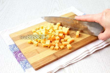 Сыр твердый (60 г) мелко нарезать кубиками.