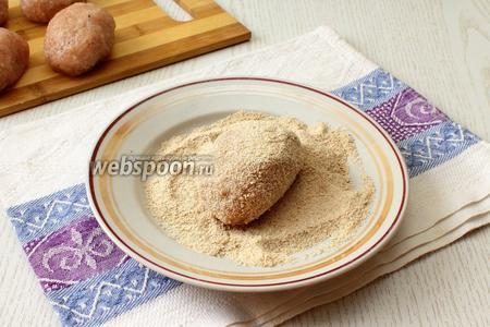 Обвалять котлеты со всех сторон в панировочных сухарях (5 ст. л.), желательно чтобы сухари были домашнего приготовления.