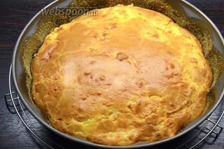 Но, обычно, пирог покрывается красивой золотистой корочкой без проблем! Готовый пирог достать из духовки и дать ему остыть минут 15 в форме, затем выложить на сервировочное блюдо и можно сразу подавать! Но и в холодном виде пирог очень вкусный!