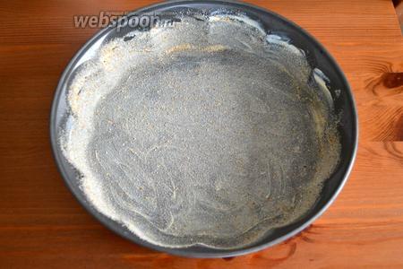 Форму смазать маслом и присыпать панировочными сухарями.