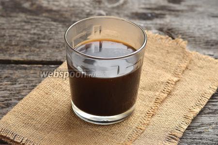 Заварить крепкий кофе из 130 мл воды и свежемолотого кофе.