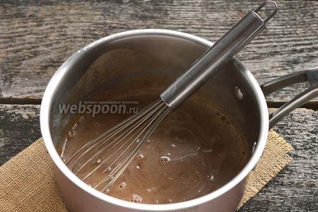Поместить халвовую массу в сотейник и довести до кипения, помешивая.