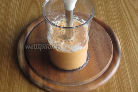 Переложить тыкву в чашу блендера, влить молоко и пюрировать до однородной консистенции.