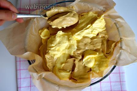 Форму для выпечки (24 см диаметром) выложить пекарской бумагой. Столовой ложкой выкладывать обе смеси, чередуя в произвольном порядке слои по цвету.