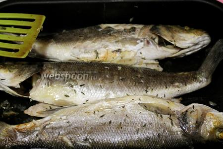 Рыбу аккуратно перевернуть и снова поставить в духовку минут на 10, включив конвекцию.