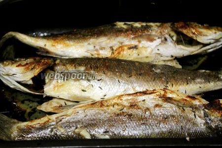 Когда рыба подрумянится, можно подавать на стол.