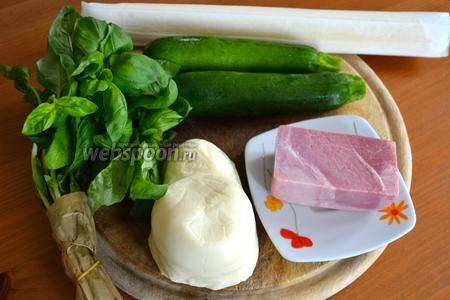 Ингредиенты для пирога: готовое слоёное тесто, цукини, несколько листиков базилика, варёная ветчина и сыр! В рецепте-оригинале используем итальянский сыр Скаморца (итал. Scamorza) — не вареный или частично вареный тянутый сыр категории pasta filata. Название сыра scamorza на южном диалекте означает «обезглавленный» (от capo — «голова» + mozzare — «отрубать») и отражает внешний вид его головок, уложенных в завязанный верёвкой джутовый мешок. Скаморца хорошо плавится, поэтому её хорошо использовать в пирогах, пиццах, горячих бутербродах и как начинку в пастах. Если вам не удастся найти такой сыр, заменяйте на моцареллу.