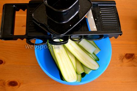 Цукини вымыть и нарезать тонкими полосками. Лучше всего использовать овощерезку, или вручную, но потоньше.