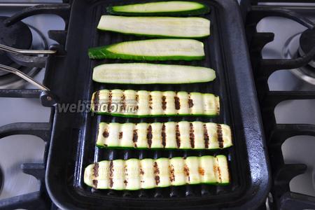 Обжарить ломтики цукини с двух сторон на сковороде-гриль без добавления масла.