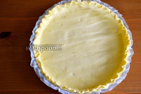 Слоёное тесто развернуть и вместе с бумагой (в которую оно завёрнуто) выложить в форму для выпечки (диаметром 26-28 см).
