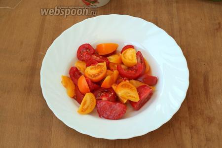 Дольками нарезать помидоры. Безусловно помидоры можно взять только красные или только жёлтые.