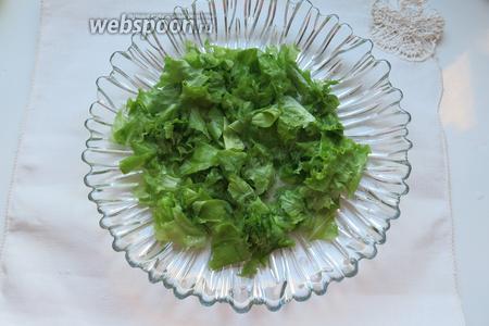 Моем салат, просушиваем и кладём на тарелку.