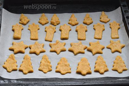 Выложить печенье в форму для выпечки на пергаментную бумагу.