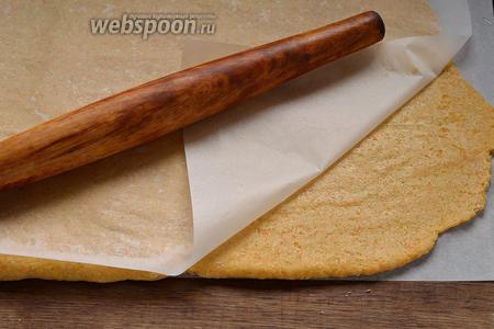 Выложить тесто на 1 лист пергаментной бумаги, слегка смазанной подсолнечным маслом. Накрыть другим смазанным листом бумаги и с помощью скалки раскатать тесто до толщины 5 мм (можно потолще если хотите печенье помягче).
