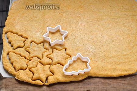 С помощью формочек вырезать печенье.