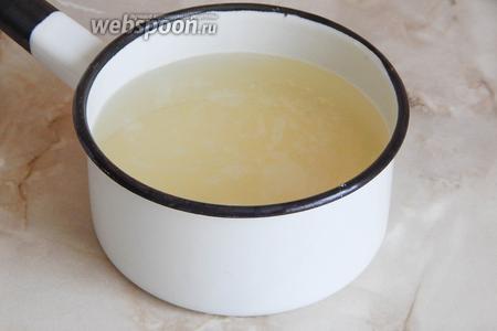 В кастрюльку наливаем воду, добавляем сахар, сок, 1 щепотку ванилина и лимонную кислоту (если не используете сок лимона). Даём сиропу покипеть 1 минуту.
