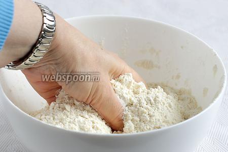 Сначала приготовим тесто. Для этого смешать в одной ёмкости муку, соль, сахар, соду и растереть всё руками с мягким сливочным маслом, чтобы получилась мелкая крошка.