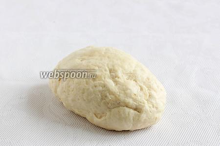 Замесить тесто, если нужно подбавить ещё муку. Тесто должно получиться очень мягким, некрутым, немножко липким, но отстающим от рук. Накрыть его и оставить под полотенцем.