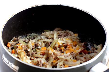 Начинку поджарить на сухой сковороде до готовности мяса.