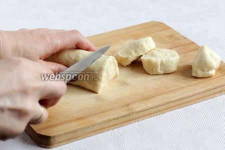 Тесто нарезать удобными порциями, для 1 пирожка.