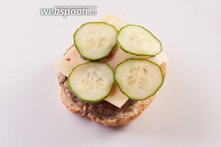 Сыр — на помидор — не так быстро растает. Огурец (или лук) — на сыр.