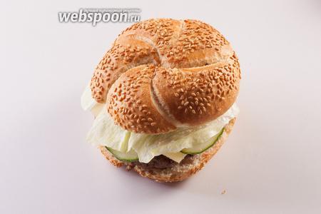 Вот так вот выглядит готовый продукт. Он совсем не похож на мяконькие макдональдсовские бургеры, это такой довольно «мужской» вариант: в него приятно вонзать зубы, хрустеть салатом и жевать сочную, но плотную баранью котлету.