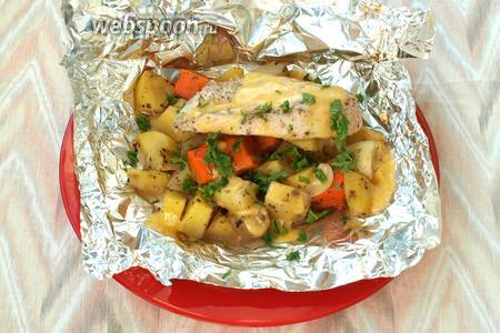 Конвертики выложить порционно на тарелки, развернув фольгу. По желанию можно посыпать свежей петрушкой. Приятного аппетита!