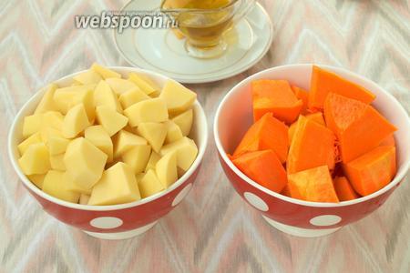 Пока филе маринуется, очистить тыкву и картофель, нарезать кубиками. Картофель следует нарезать средними кубиками, а тыкву крупными, чтоб она в процессе запекания не превратилась в кашу.