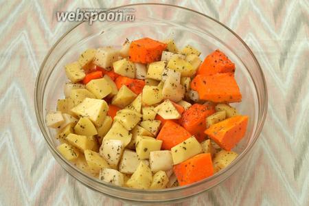 В глубокой миске смешать тыкву и картофель с оливковым маслом, базиликом, солью и перцем.