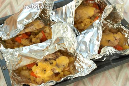 Спустя это время, нарезать тонкими пластинками твёрдый сыр, конвертики приоткрыть и по несколько ломтиков положить сверху филе. Поставить в духовку ещё на 5 минут.