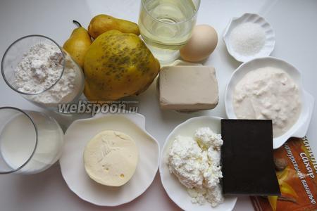 Мука 7-8 стаканов, дрожжи, молоко (чуть больше 1/2 стакана), ряженка, вино, масло сливочное, яйца (5 штук и 1 желток), соль, сахар, фрукты для начинки — айва и груши, шоколад, творог, мускатный орех. Из указанного количества получается 1 большой пирог и 2 маленькие овечки.